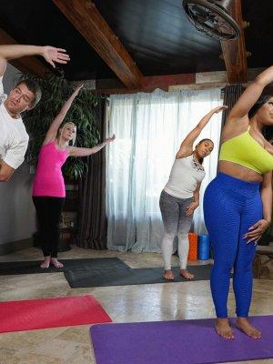 Тренер по йоге ебет негритянку